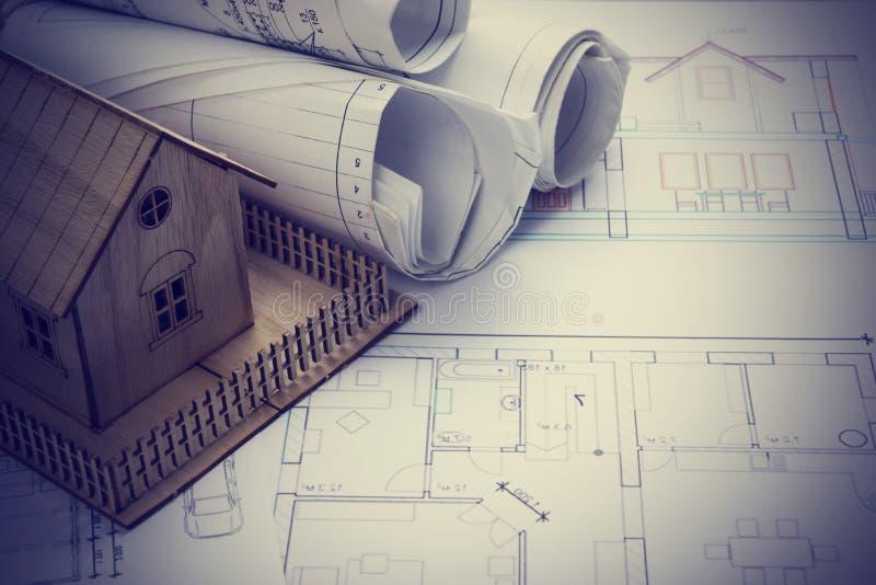 实际概念的庄园 建筑师工作场所 建筑项目、图纸、图纸卷和式样房子计划的 免版税库存图片