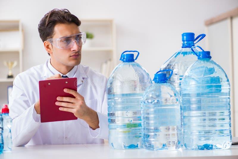 实验员测试水质 免版税库存图片