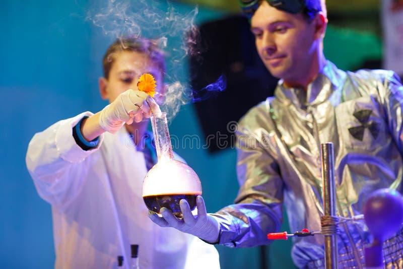 实验在化学实验室 做一次试验在实验室里 库存照片