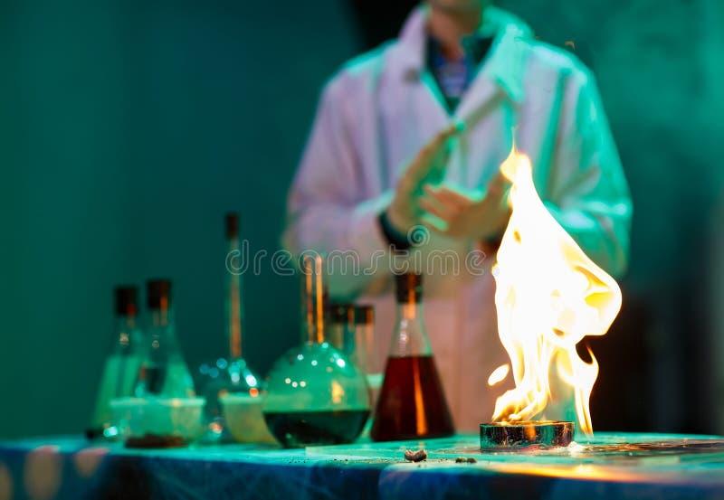 实验在化学实验室 做一次试验在实验室里 免版税库存照片