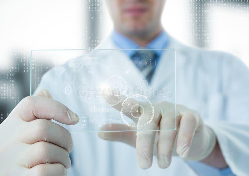 实验室外套的人指向白色接口和火光的在玻璃设备反对模糊的窗口 免版税库存照片