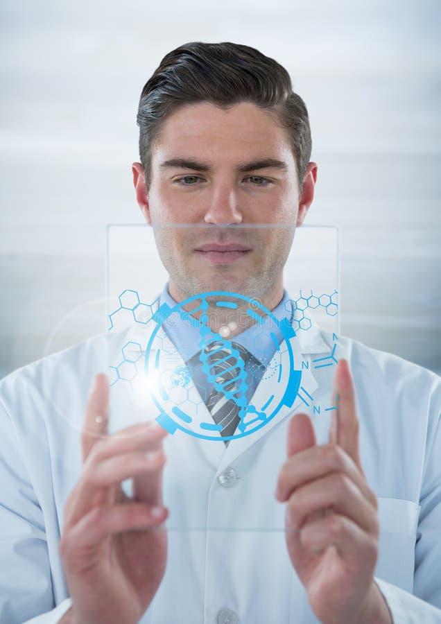 实验室外套的人阻止有蓝色医疗接口的玻璃设备和火光的反对灰色backgroun 库存照片