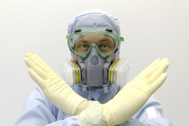 实验室戴特别制服和防护眼镜的工程师和面膜的反对化工毒物展示 免版税库存图片