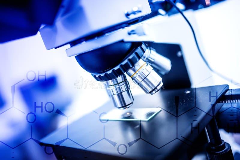 实验室显微镜、工具和探针 科学和健康保健研究设备 免版税库存照片