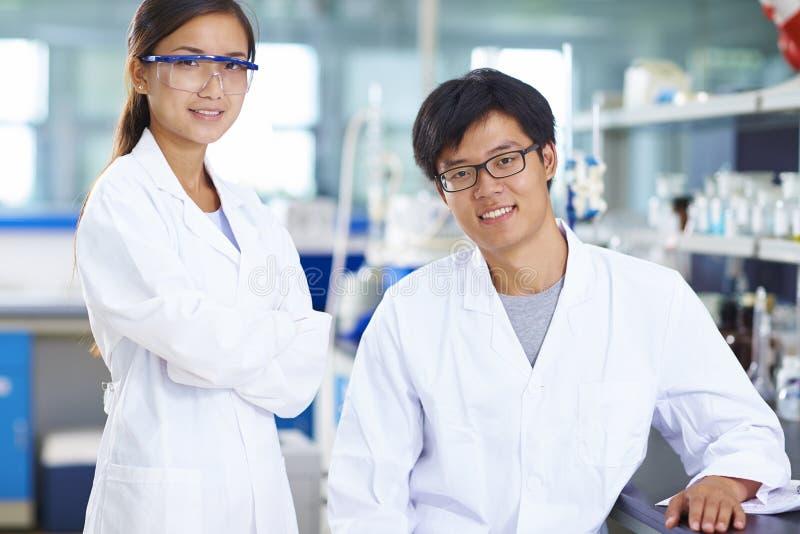 实验室科学家画象在实验室里 图库摄影