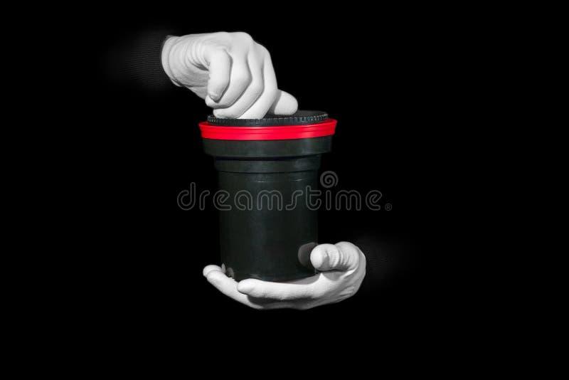 实验室,在白色手套的手拿着黑色和影片,暗房, developmen 免版税库存照片