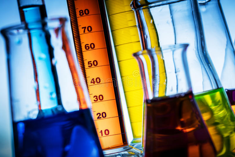 实验室玻璃充满五颜六色的物质 图库摄影