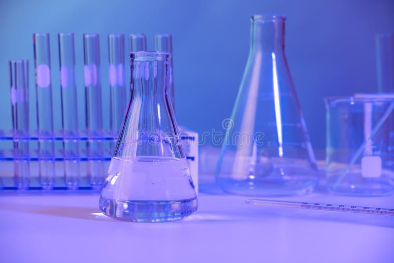 实验玻璃杯烧杯和试管 免版税库存照片