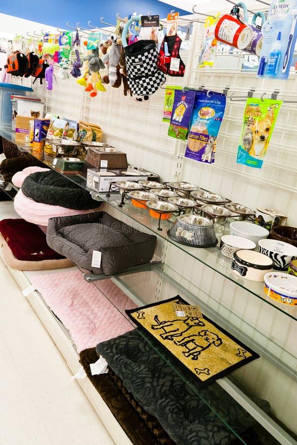 宠物供应:快餐、玩具、床和碗 库存图片
