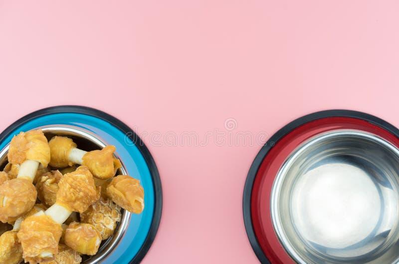 宠物的顶视图干食物在不锈的碗和空的碗 图库摄影