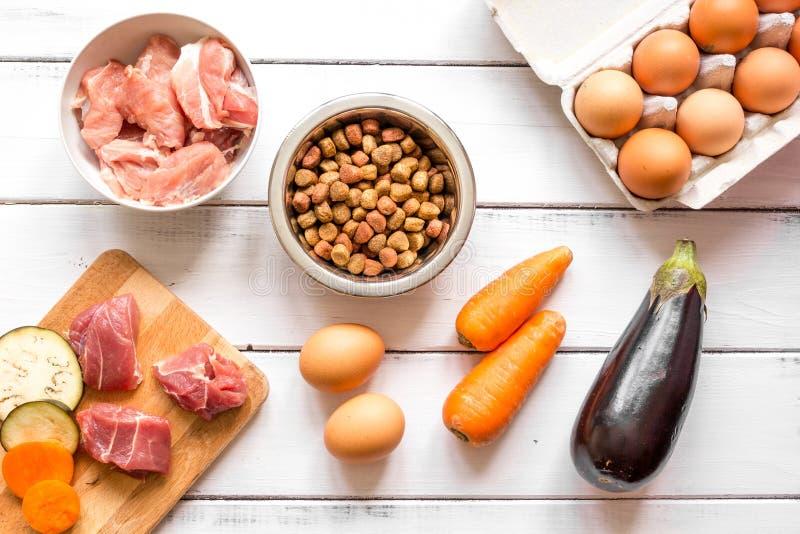 宠物食品全部顶视图的成份在木背景 免版税库存图片
