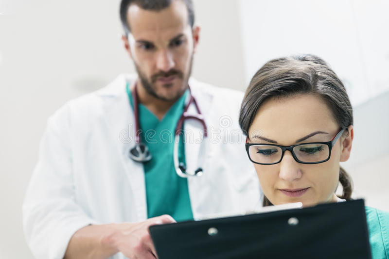审查一个医疗报告的医疗队工作者 库存照片