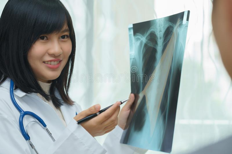 审查关于有X光片的-病的conce肺的女性医生 图库摄影