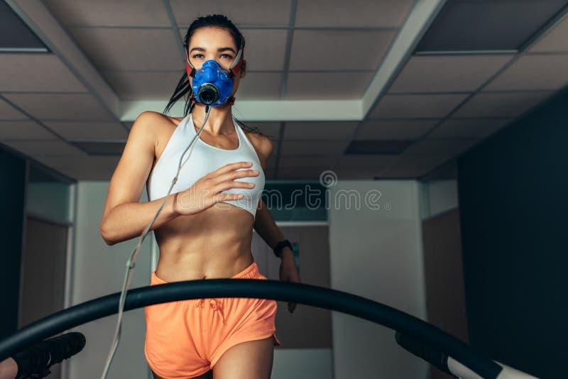 审查她的表现的运动员在生物力学实验室 库存图片