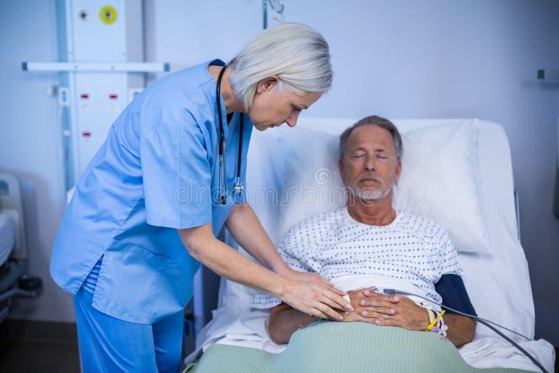 审查患者的护士 免版税图库摄影