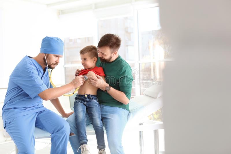 审查有听诊器的儿童的医生小男孩在医院 库存照片