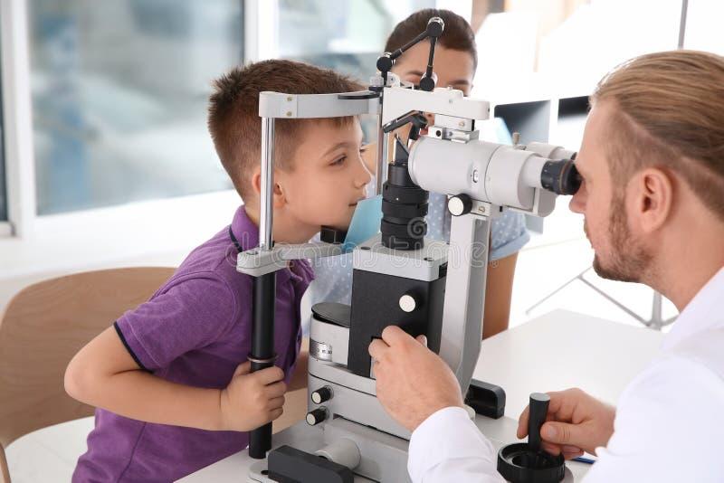 审查有被切开的灯的儿童的医生小男孩 免版税库存图片