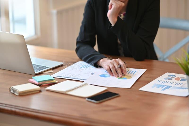 审计员内部收入服务检查财务报表数据图表 免版税库存照片