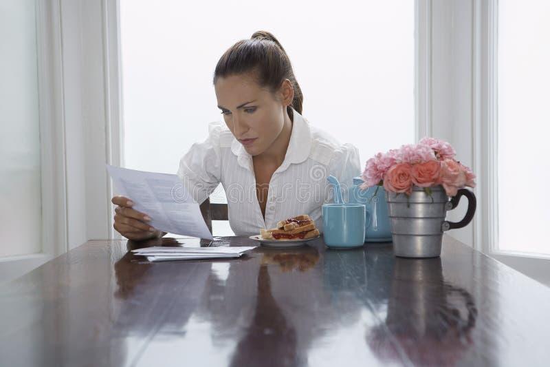 审阅文件的女商人 免版税库存图片