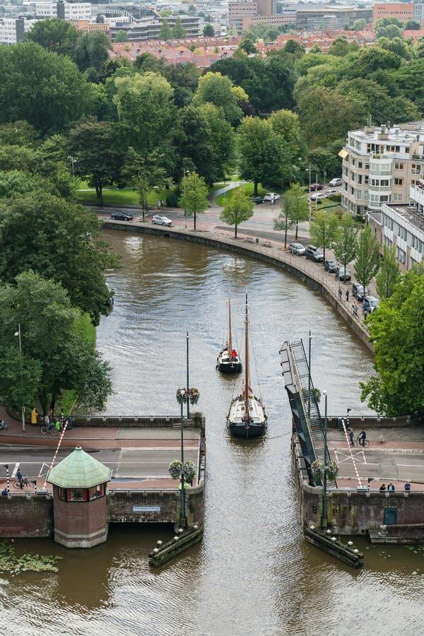 审阅桥梁-吕伐登,荷兰的小船 库存照片