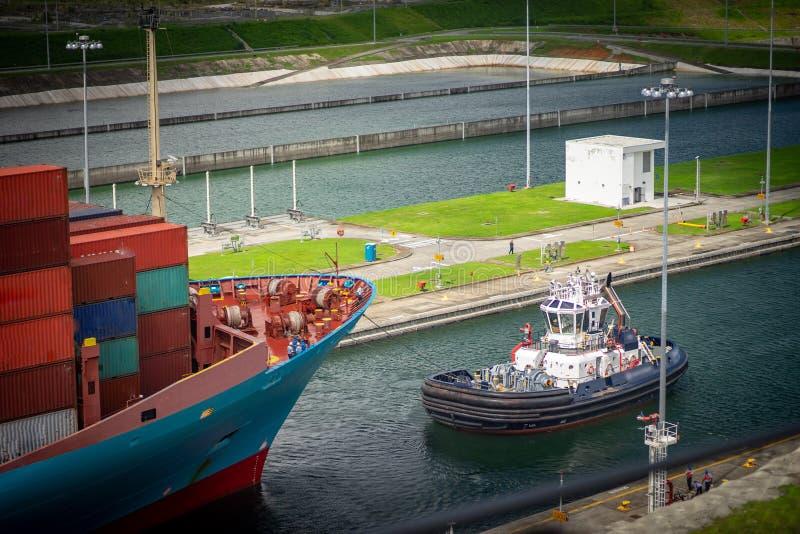 审阅水池巴拿马运河的集装箱船 巴拿马市,巴拿马 库存图片