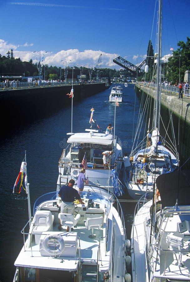 审阅Hiram M的小船 在皮吉特湾,西雅图, WA的Chittenden锁 库存图片
