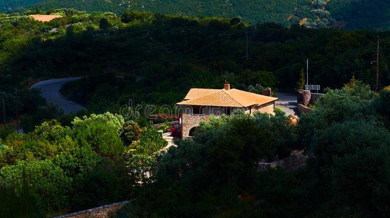 客人和游人的美丽的夏天古典希腊语别墅房子村庄大阳台使的扎金索斯州的橄榄树庭院惊奇是 免版税库存图片