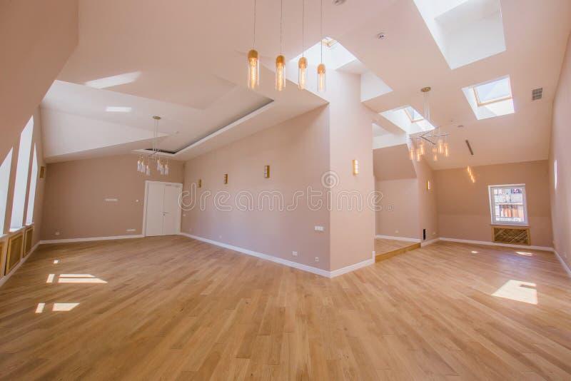 客人的招待会的办公室房间没有家具的有宽窗口和木地板的,内部被做  免版税库存图片