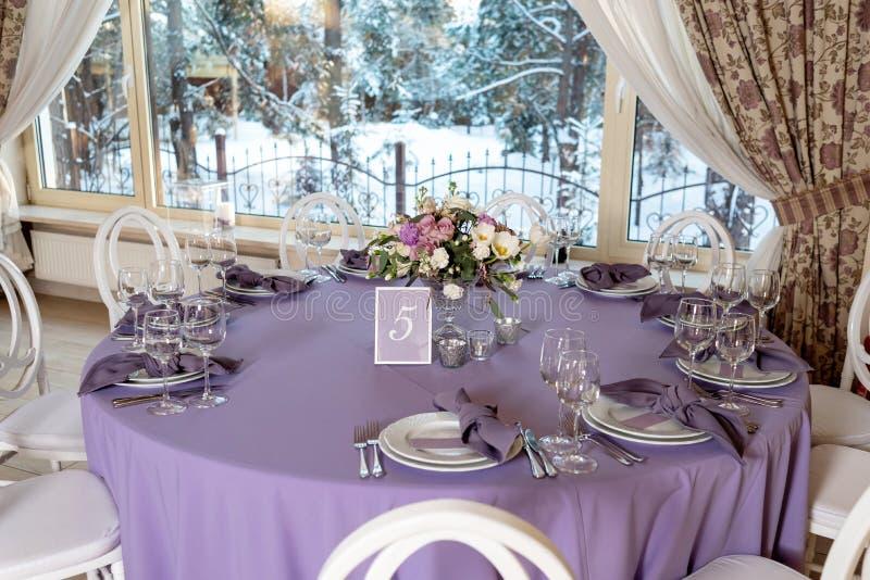 客人的美丽的圆桌婚礼的 库存图片
