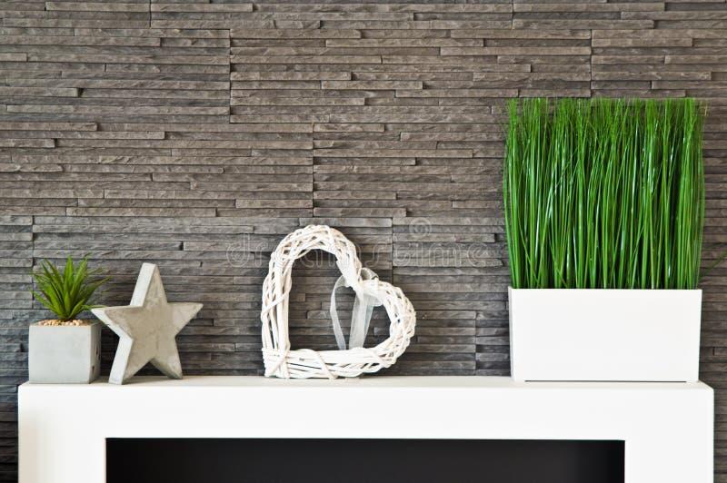 客厅与现代板岩纹理和盆的草的墙壁设计 库存照片