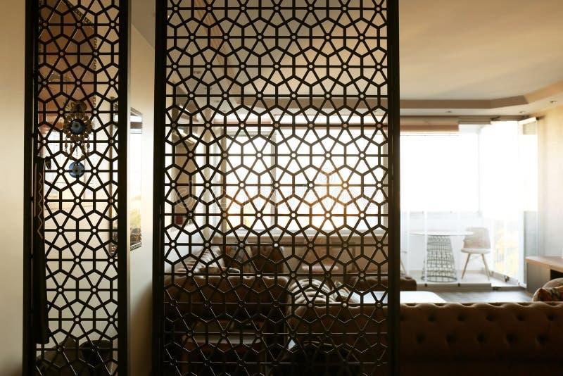客厅内部,看法通过装饰室 免版税库存图片