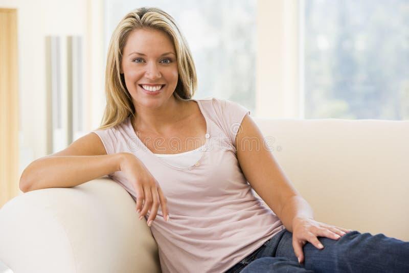 客厅坐的妇女 免版税库存照片