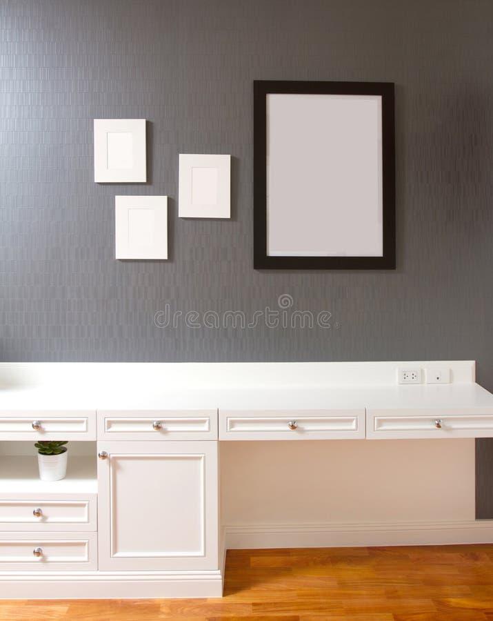 客厅或卧室内部有空的空间的 免版税库存图片