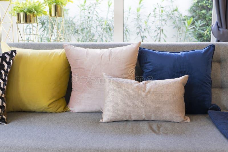 客厅折衷样式有灰色沙发和五颜六色的枕头的 库存照片