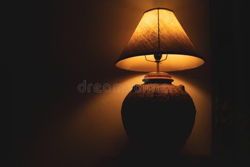客厅灯在晚上有黑暗的背景 免版税库存照片
