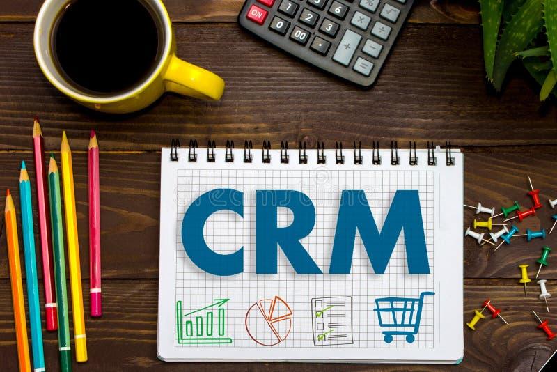 客户关系管理 顾客关系管理 在办公桌上的片剂 免版税库存照片