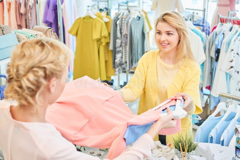 客户和卖主服装店的 库存图片