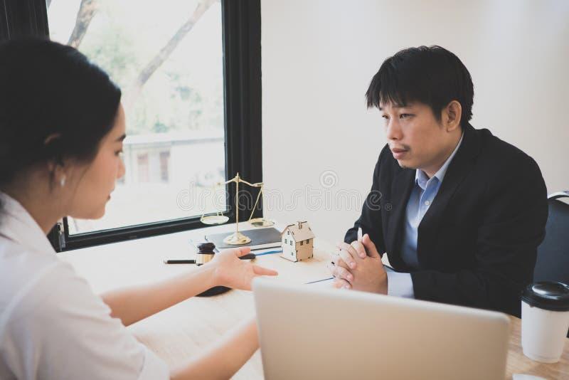 客户和律师开谈论一次坐下来的面对面会谈法律 图库摄影