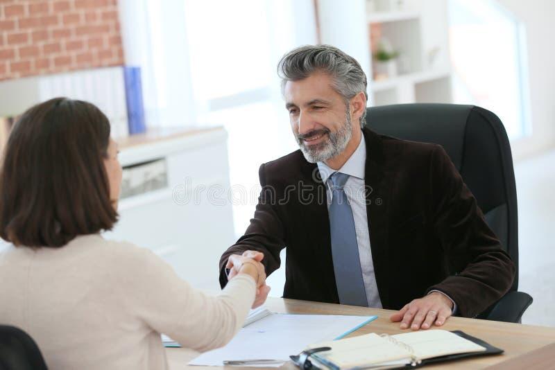 客户和律师握手在协议以后 免版税图库摄影