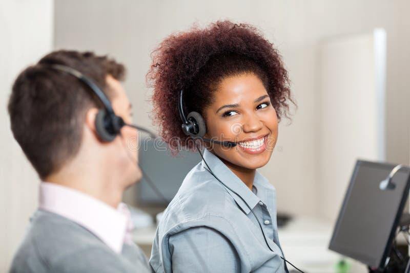 客户服务代表谈话在电话 免版税库存图片
