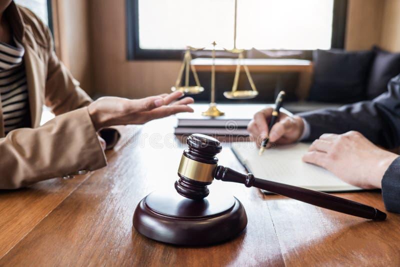 客服好合作、咨询在顾问或男性律师和女实业家顾客之间,税和公司 库存照片