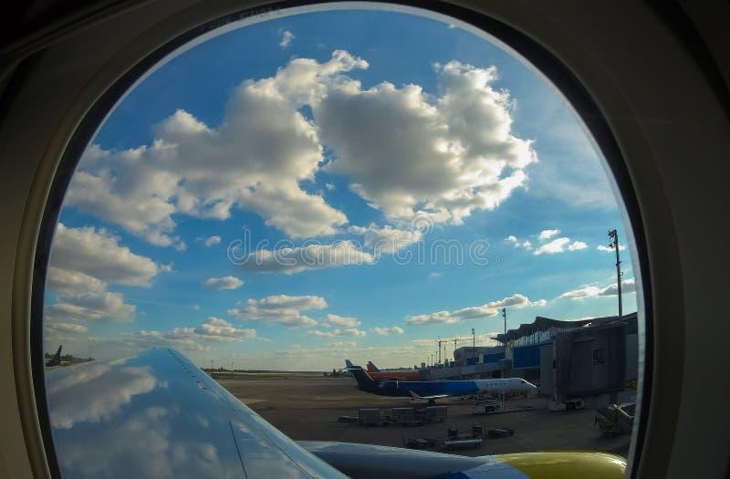 客机在机场,看法通过窗口 免版税库存照片