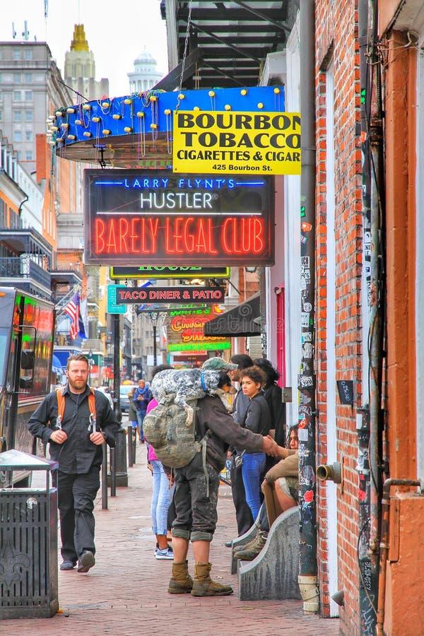 客栈和酒吧与霓虹灯在法国区,新奥尔良路易斯安那 库存图片