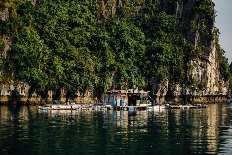 客舱房子漂浮在水的,亚洲ha长海湾越南 库存图片