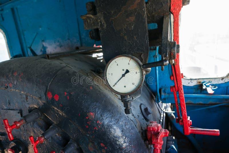 客舱的内部,一辆老蒸汽机车的小室 锅炉,地点 库存照片