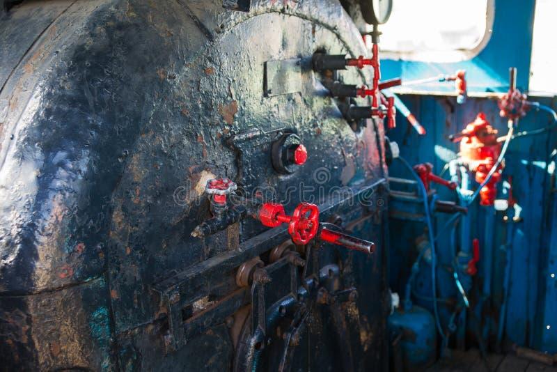 客舱的内部,一辆老蒸汽机车的小室 锅炉,地点 库存图片