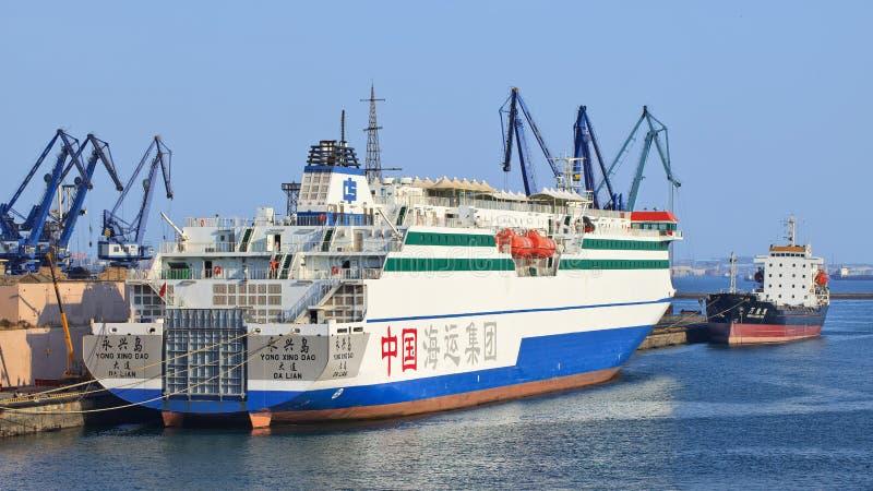客船雍邢Dao在大连港,辽宁,中国停泊了 库存照片