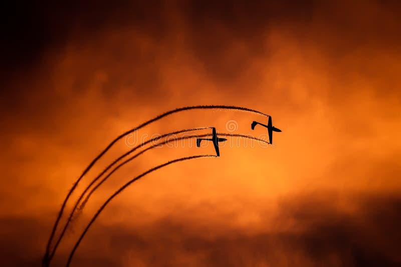 宣扬在日落的滑翔机剪影在布加勒斯特飞行表演 库存照片