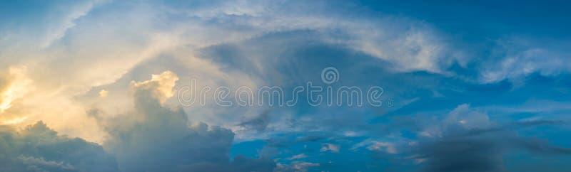 宣扬清楚的云彩早期的文件蓬松轻的早晨山全景天空未受污染的xxl 免版税图库摄影