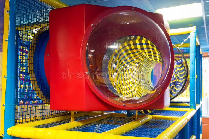 室内儿童操场 活跃使用的五颜六色的塑料密林 库存图片
